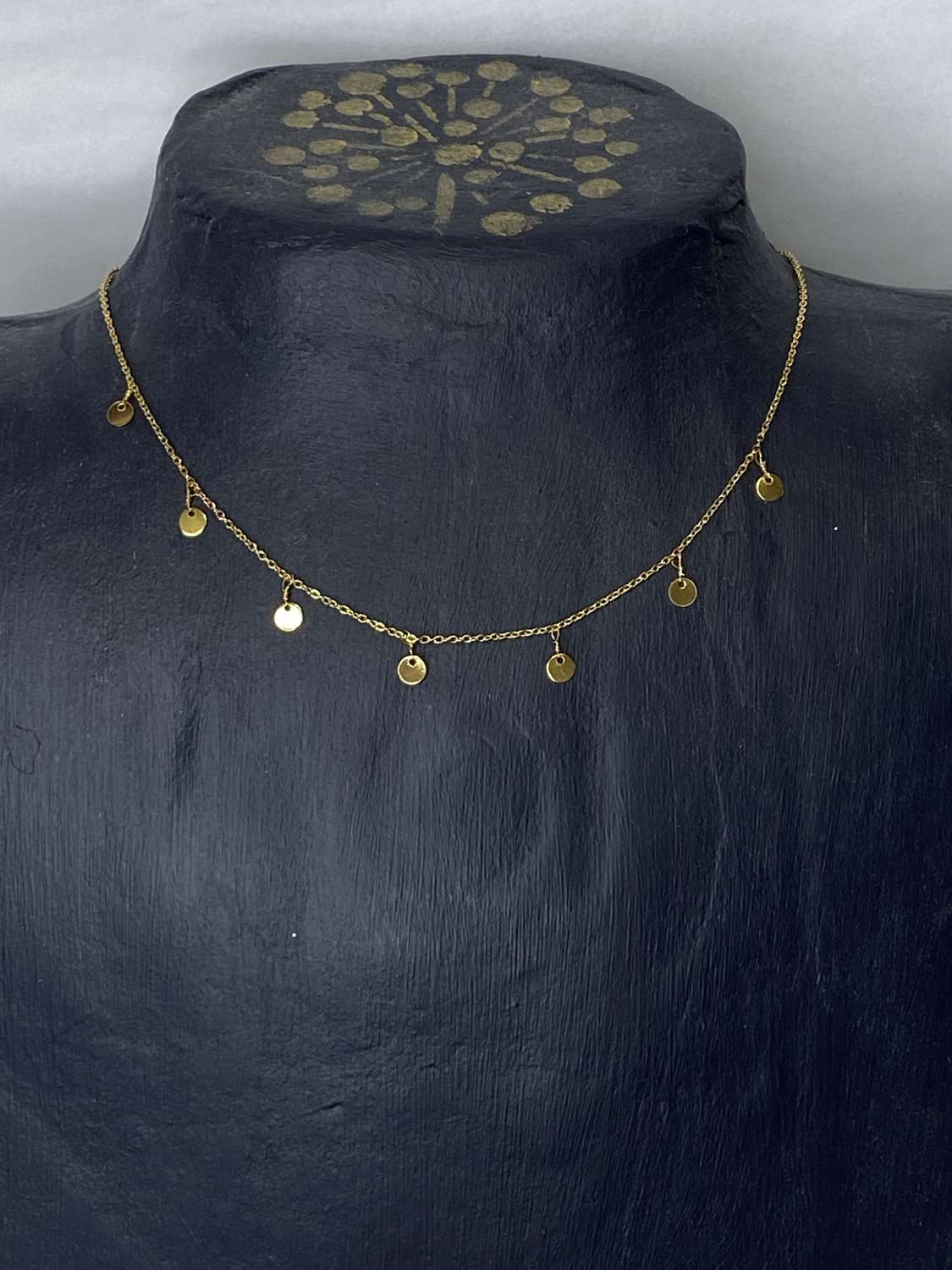 Gold (plated) disc short necklace