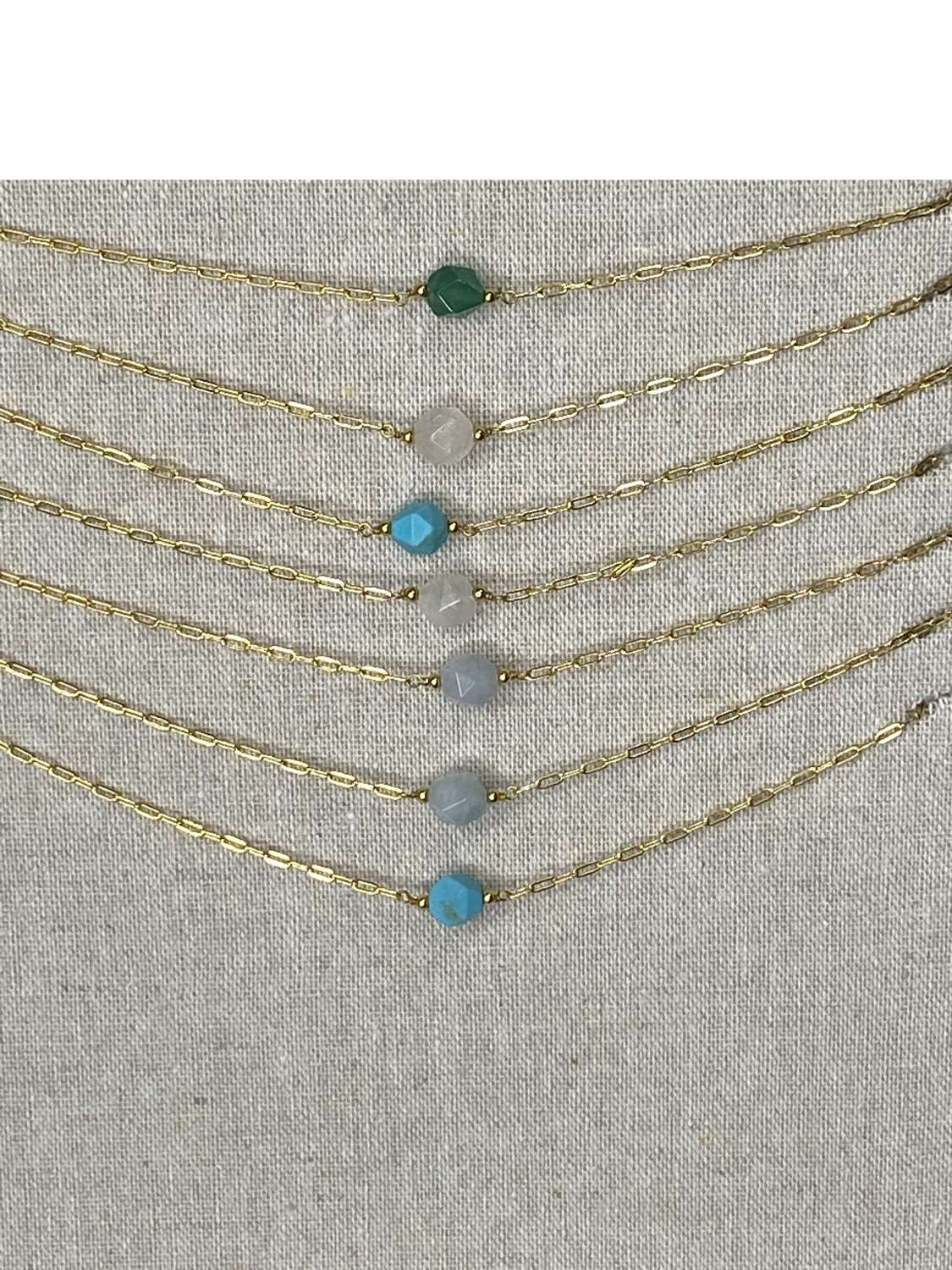 Gold (plated) chain necklace with coloured stone